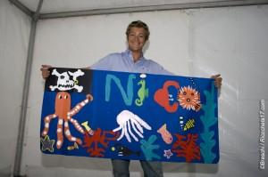 Nicolas Boidevezi, heureux de découvrir la peinture des élèves et prêt à la coller sur sa voile!
